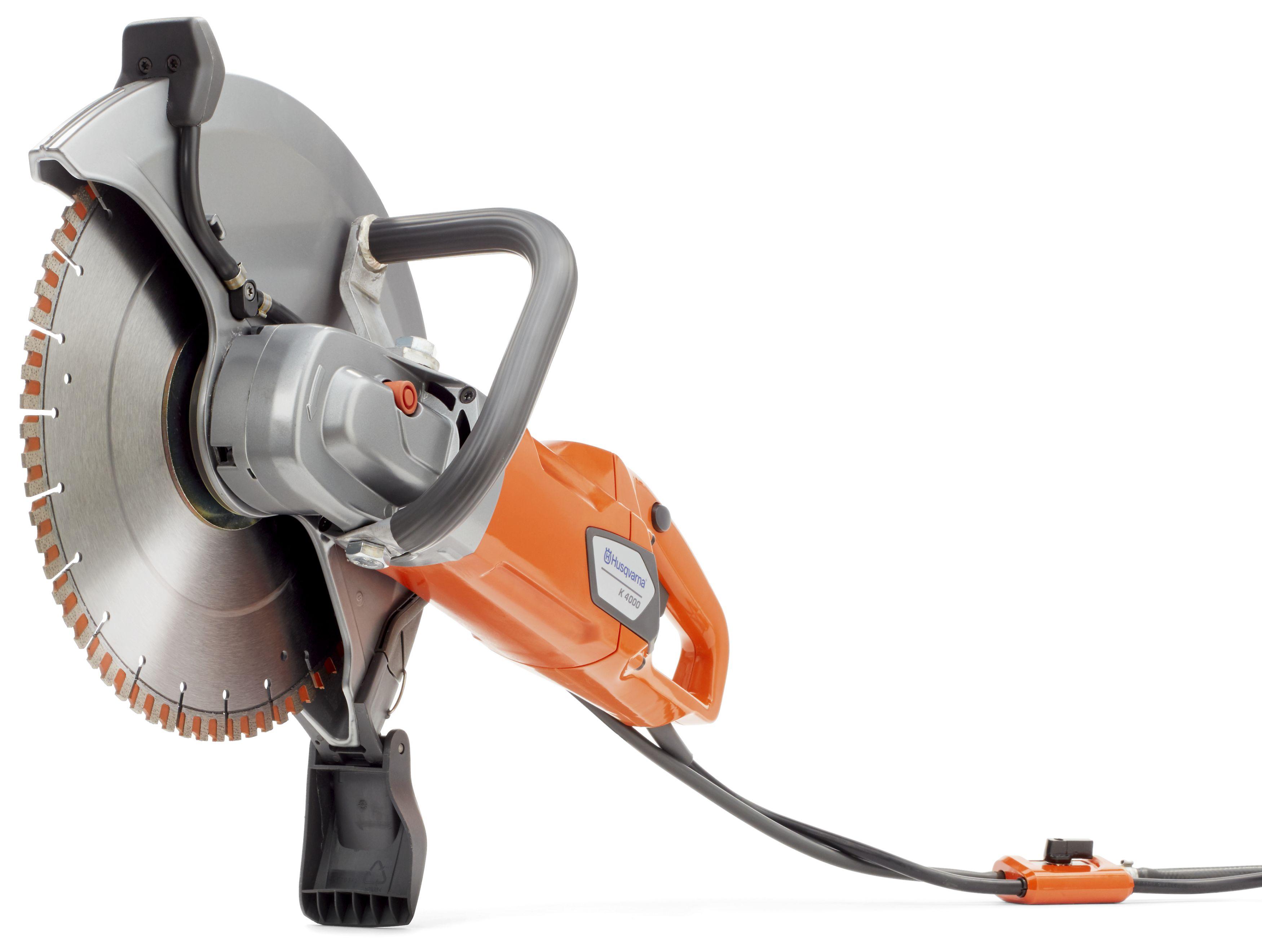 """Oranžs Husqvarna Elektriskais spēka zāģis, modelis """"K4000'' ar 350mm griezējdisku, skats no priekšas, apakšas kreisās puses"""
