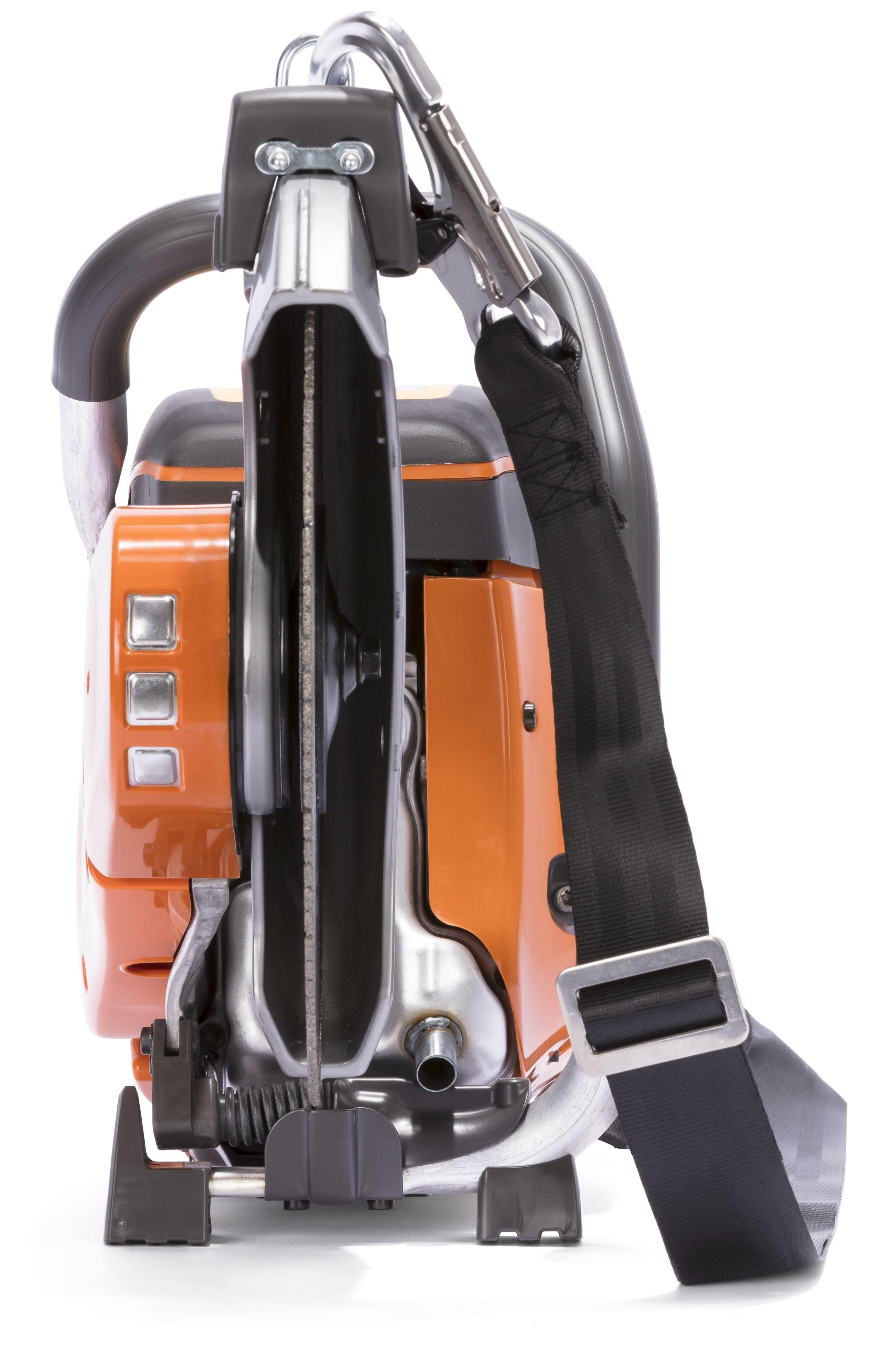 """Oranžs Husqvarna spēka zāģis, modelis """"K 770 Rescue'', skats no priekšas"""