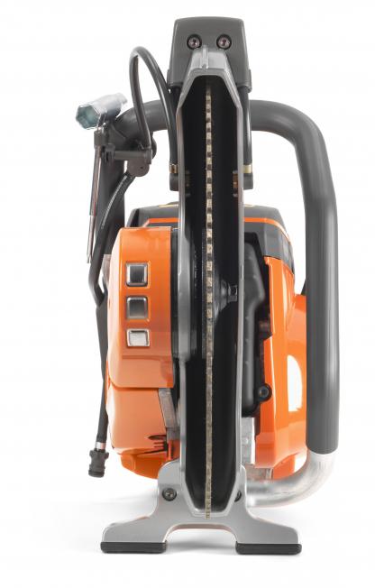 """Oranžs Husqvarna spēka zāģis, modelis """"K970'' ar 14 collu griezējdisku, skats no priekšas"""