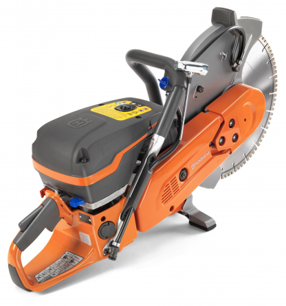 """Oranžs Husqvarna spēka zāģis, modelis """"K970'' ar 14 collu griezējdisku, skats no aizmugures labās puses"""