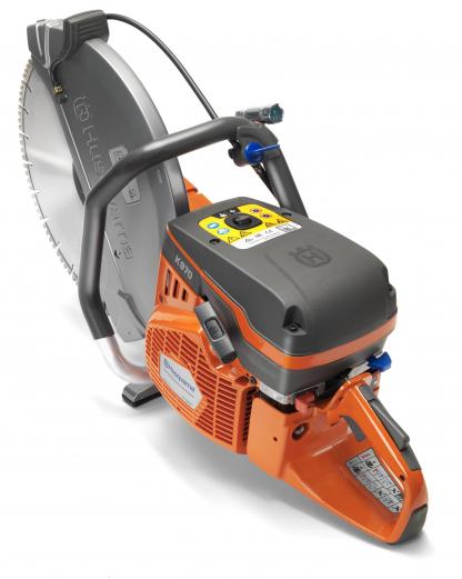 """Oranžs Husqvarna spēka zāģis, modelis """"K970'' ar 16 collu griezējdisku, skats no aizmugures, augšas kreisās puses"""