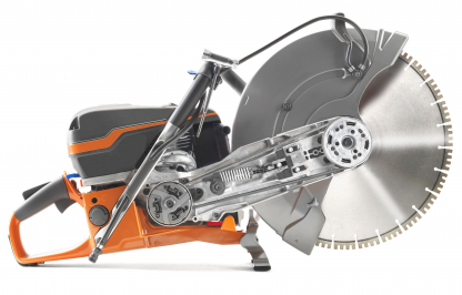 """Oranžs Husqvarna spēka zāģis, modelis """"K970'' ar 16 collu griezējdisku, skats no labā sāna"""