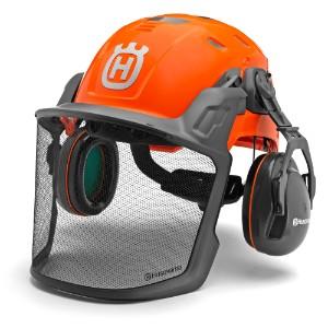 Oranža Husqvarna drošības ķivere ar melnu sejas sargu un skaņas izolācijas ausu aizsargiem