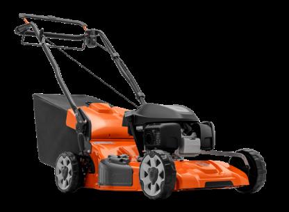 Oranžs Husqvarna zāles pļāvējs, modelis ''LC356VP'', skats no priekšas labās puses