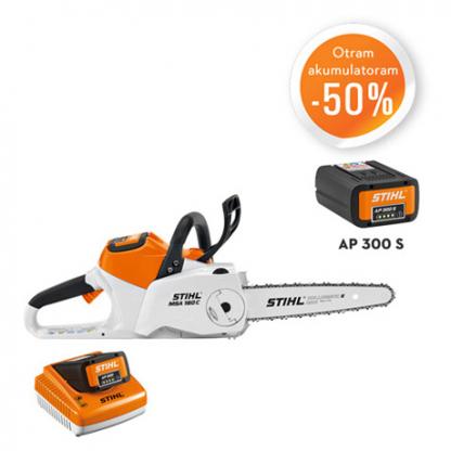 Oranžs, balts Stihl akumulatora zāģis, modelis ''MSA 160 C-B '', ar melnu Stihl akumulatoru, modelis ''AP 300'', ar oranžu un baltu Stihl akumulatoru lādētāju akcijas plakāts