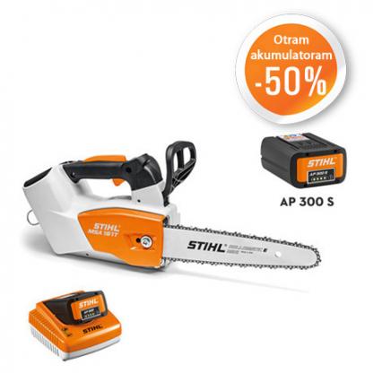 Balts, oranžs Stihl akumulatora zāģis, modelis ''MSA 161 T'', ar melnu Stihl akumulatoru, modelis ''AP 300'', ar oranžu un baltu Stihl akumulatoru lādētāju akcijas plakāts