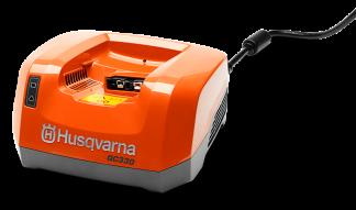 Oranžs Husqvarna akumulatora lādētājs, modelis ''QC330'', skats no priekšas