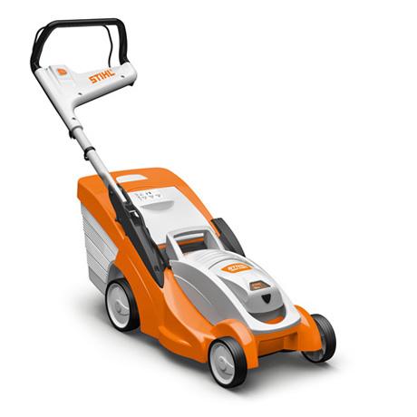 Oranžs, balts Stihl elektrisks zāles pļāvējs, modelis ''RMA 339C'', skats no priekšas labās puses