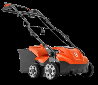 mazāka izmēra oranžs zāles pļāvējs ar riteņiem un grozu